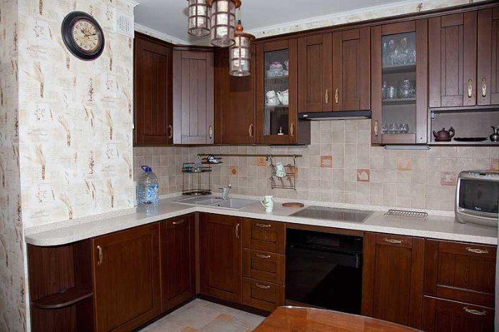 Кухни с вентиляционным коробом при входе