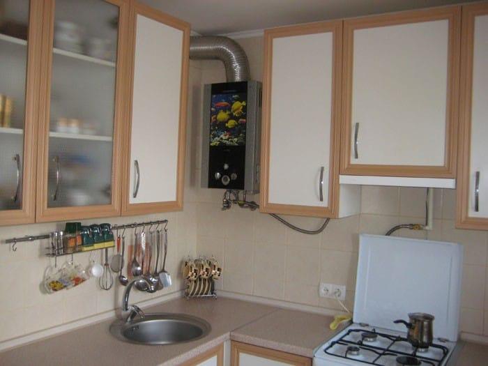 Фото дизайн кухни в хрущевке с газовой колонкой