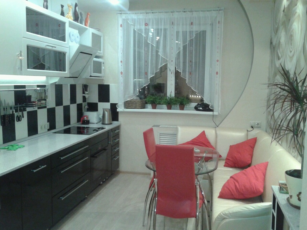 Черно белая кухня с яркими акцентами фото