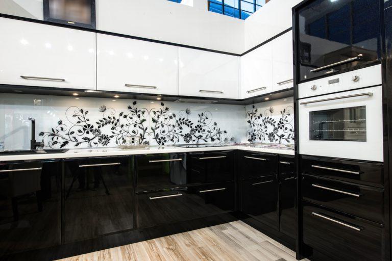 Кухни с белыми фасадами и черными фото