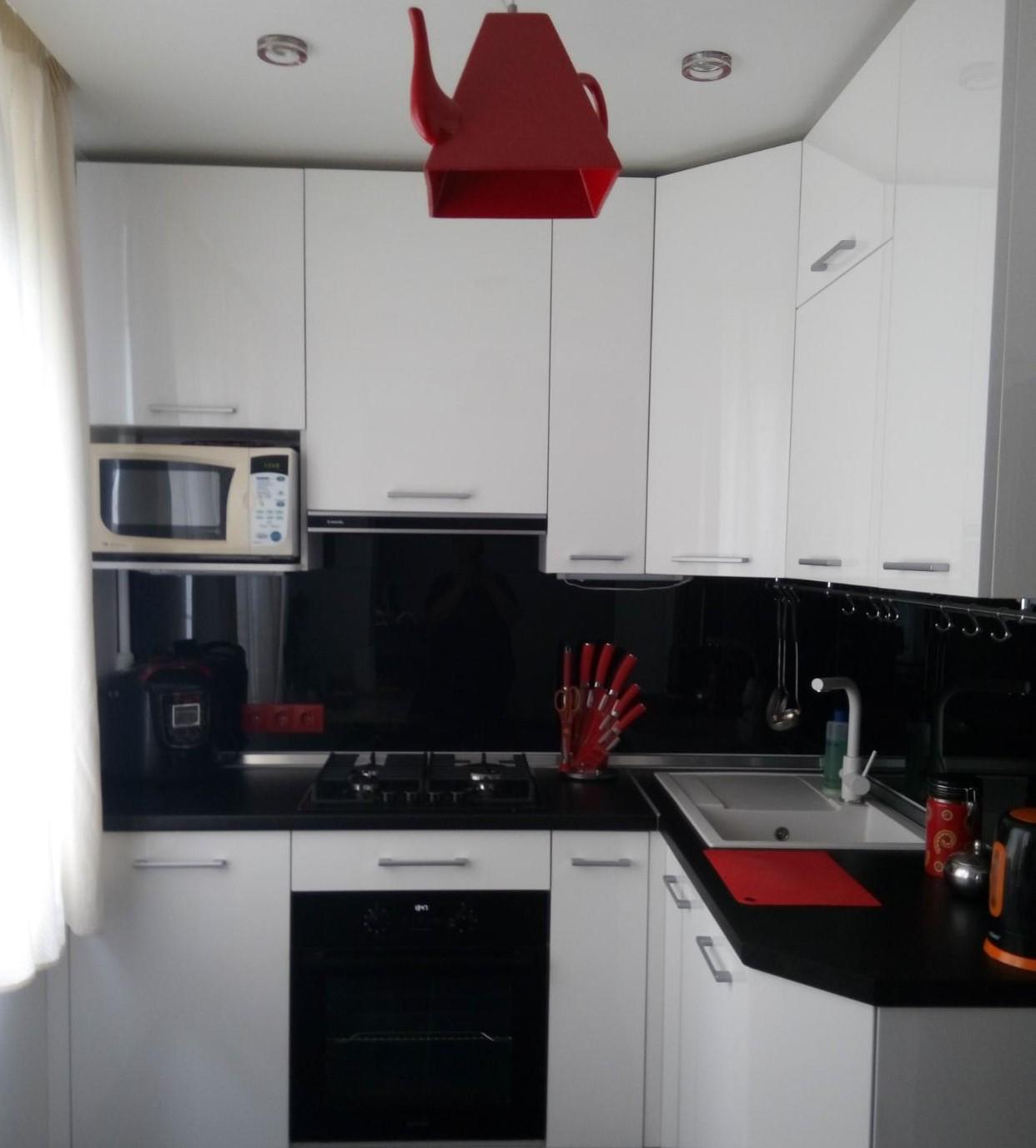 Дизайн красной кухни с черной столешницей 54